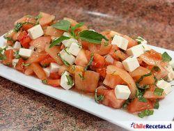 Ensalada de Tomate con Queso de Cabra y Albahaca